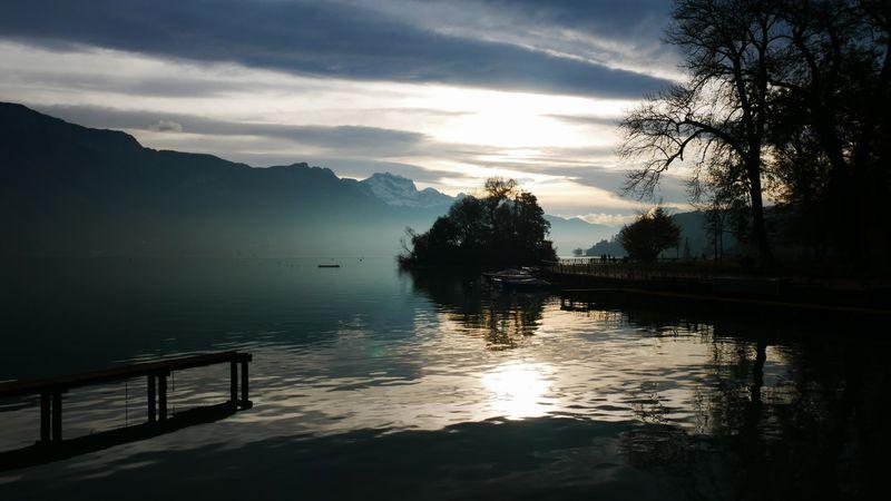 Ráno u jezera Annecy
