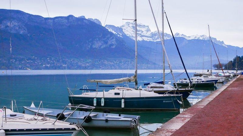 Loď na jezeře Annecy