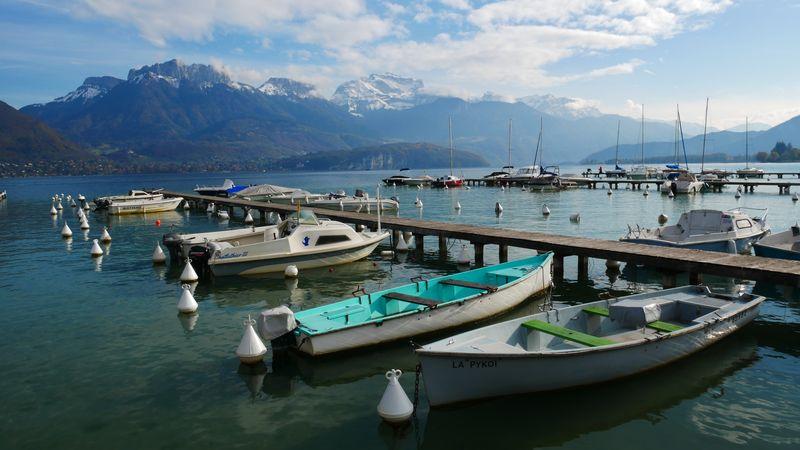 Lodě u mola na jezeře Annecy